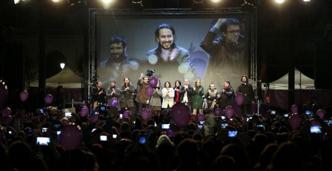 El líder de Podemos, Pablo Iglesias, y otrs dirigentes del partido, en la madrileña plaza del Museo Reina Sofía, celebran con sus simpatizantes los resultados de las elecciones del 20-D. REUTERS/Andrea Comas