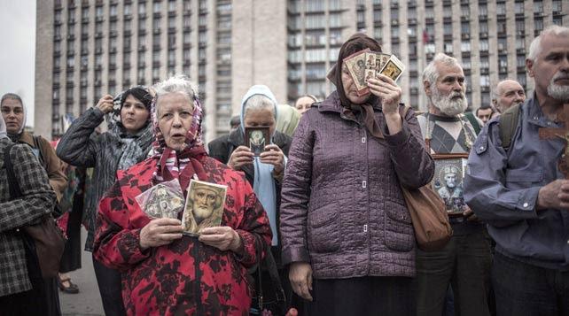 Vecinos prorrusos rezan por los fallecidos en el incendio de la Casa Regional de los Sindicatos, en Odessa, Ucrania.