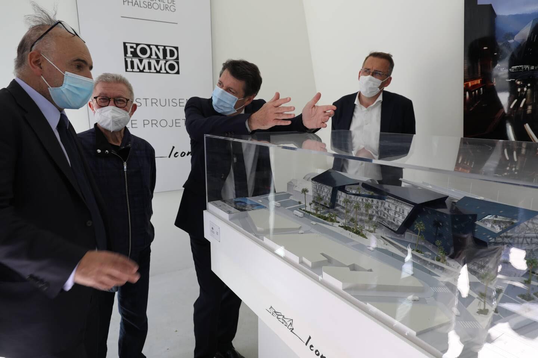 Visite du chantier Iconic avec, notamment, le maire, Christian Estrosi, le président de la Compagnie de Phalsbourg, Philippe Journo, promoteur, et l'architecte américain du projet niçois, Daniel Libeskind.