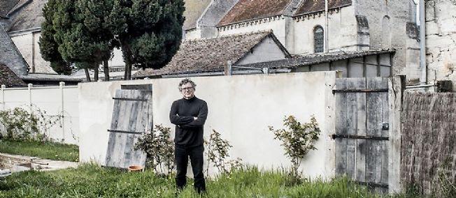 """Michel Onfray à Chambois, dans l'Orne, où il vit. Loin de """"la gauche mondaine, parisienne, celle de Saint-Germain-des-Prés"""", à laquelle il s'honore de ne pas appartenir."""