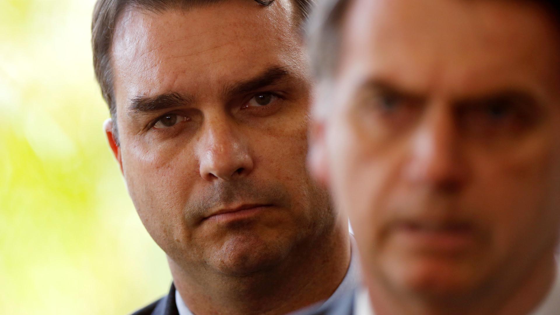 Ex-assessor de Flávio Bolsonaro diz que era obrigado a devolver salário, 13º e férias