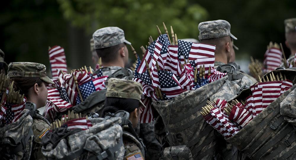 Soldados estadounidenses con banderas del país