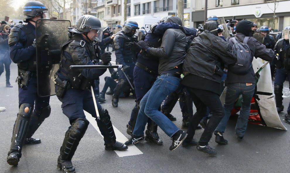 Manifestantes se enfrentan a la policía durante una protesta contra la reforma laboral del presidente, François Hollande, en París. EFE/ETIENNE LAURENT