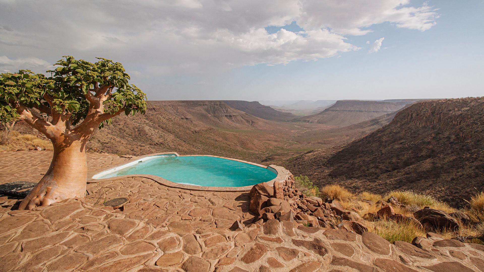 Grootberg Lodge fue el primer 'resort' turístico gestionado por la comunidad que lo creó en la región de Damaraland (Namibia). Este lujoso alojamiento fue construido con materiales naturales, funciona con energía solar y se integra a la perfección en el entorno que la rodea, el valle del río Klip