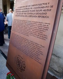 La placa de conmemoración a los 15 alcaldes y concejales y a los 30 trabajadores asesinados durante la Guerra Civil.