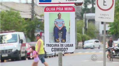 Placas instaladas questionam os motoristas 'trocaria de lugar comigo'. Criador do projeto é vereador de Sapiranga e tem deficiência.