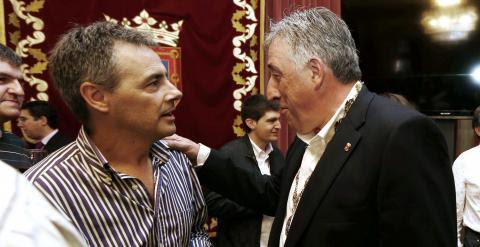 Joseba Asiron, de EH Bildu,  (d), recién elegido alcalde de Pamplona, mantiene una conversación con uno de los hijos de Tomas Caballero, edil de UPN asesinado por ETA en 1998.EFE/Jesús Dige