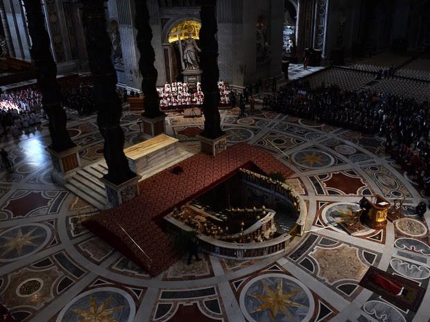 A celebração faz parte do Tríduo Pascal, momento em que os cristãos lembram a morte e ressurreição de Cristo (Foto: Gabriel Bouys/AFP)