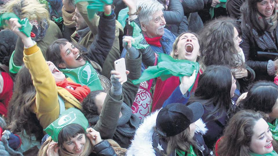 Resultado de imagen para MULTITUD GRITANDO FELIZ POR ABORTO EN ARGENTINA