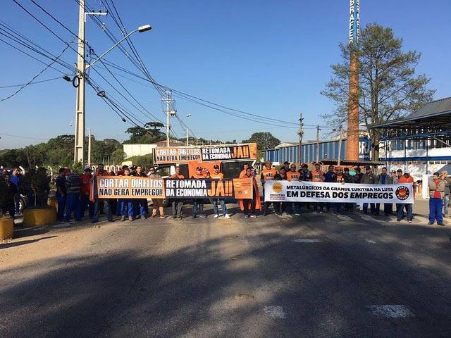 A paralisação começou nas trocas de turno da madrugada de hoje e ocorre em pelo menos 14 fábricas espalhadas pelo Paraná - Créditos: Sindicato dos Metalúrgicos da Grande Curitiba