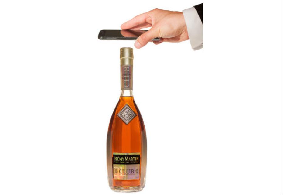 """Cette bouteille de cognac signée Rémy Martin est dotée d'un système anti-contrefaçon. Elle permet également de """"communiquer"""" avec ses consommateurs."""
