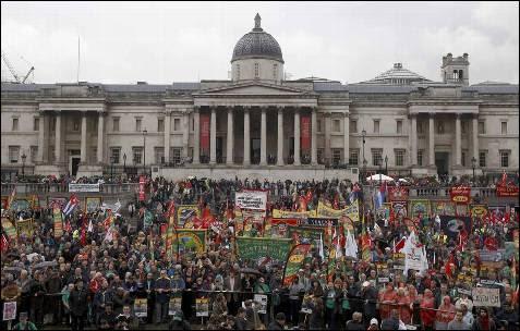 Manifestantes en Trafalgar Square, Londres.
