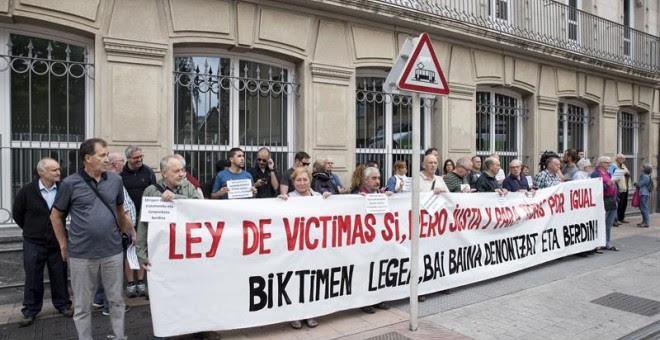 Una treintena de víctimas del Estado y de los sucesos del 3 de marzo de 1976 en Vitoria, cuando cinco trabajadores murieron por disparos de la Policía tras una asamblea, se han concentrado al inicio del pleno frente al Parlamento Vasco, que ha aprobado co