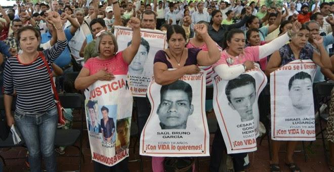 Protesta de familiares de los 43 jóvenes mexicanos desaparecidos hace un año. - EFE