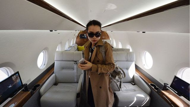 Uma mulher chinesa em um jato de luxo