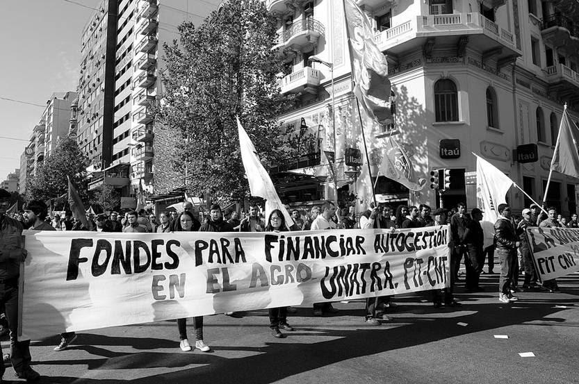 Movilización de trabajadores, ayer, en el Centro de Montevideo. Foto: Sandro Pereyra