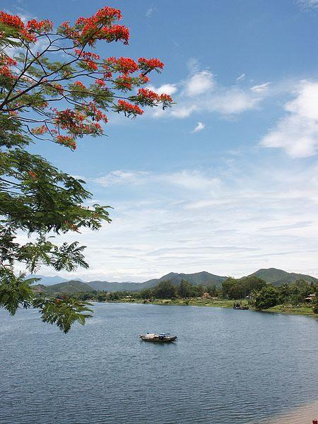 File:Sông Hương với hoa phượng.jpg