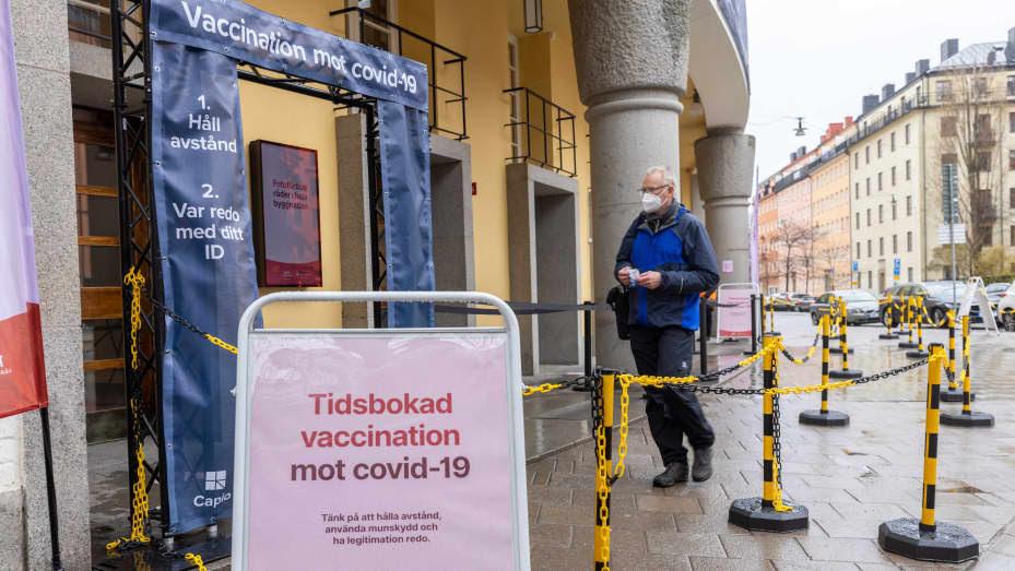 Um homem entra em um centro de vacinação Covid-19 em Estocolmo, Suécia, em 6 de maio de 2021.