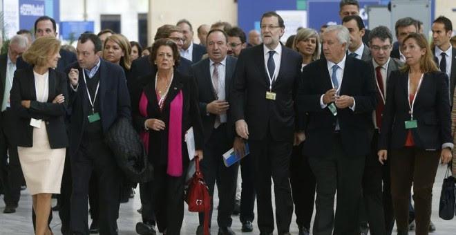 El presidente del Gobierno español, Mariano Rajoy, acompañado de dirigentes del PP de diferentes regiones, a su llegada al Congreso que el Partido Popular Europeo celebra en Madrid. - EFE