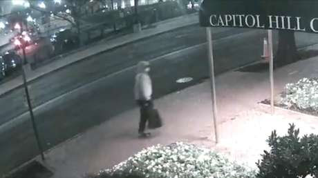 Publican nuevas imágenes de un sospechoso de colocar bombas en Washington la noche anterior al asalto al Capitolio (VIDEOS)