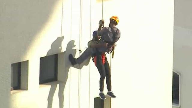 Suspeito de furtar celular fica pendurado em prédio de 14 andares em SP