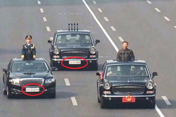 """Hai chiếc xe 1949 và 2019 cùng màu, được xếp đặt trước sau, lại đi bên cạnh hộ tống quốc huy, chẳng phải chính là thể hiện """"70 năm cuộc đời"""" cầm quyền của ĐCSTQ."""