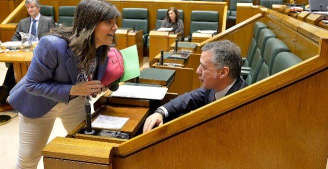 Nerea Llanos (PP) conversa con Iñigo Urkullu.- EFE