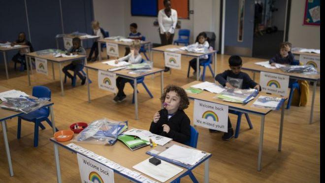 Escola reaberta em Londres
