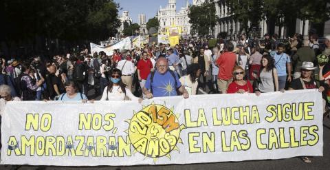 """Un momento de la manifestación convocada por el 15M con el lema """"2015M: No nos amodazarán. La lucha sigue en las calles"""" que discurre entre Cibeles y la Puerta del Sol, en Madrid. Efe/Kiko Huesca"""