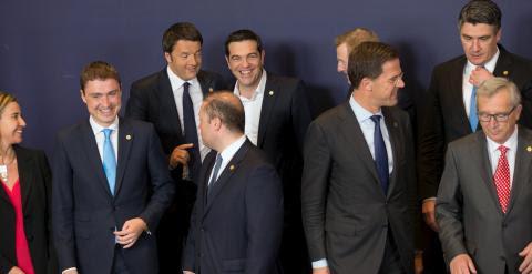 El primer ministro griego, Alexis Tsipras, rodeado de otros dirigentes europeos antes de posar par la foto de familia de la cumbre de Bruselas. REUTERS/Philippe Wojazer