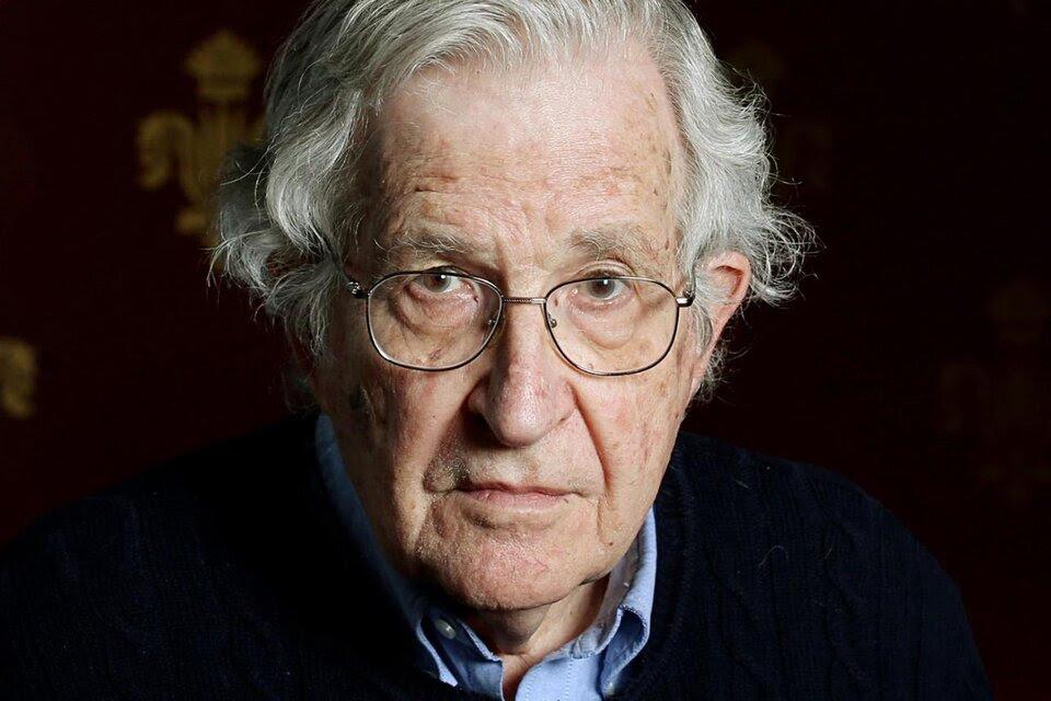 Chomsky pone el foco en algunos aspectos alarmantes vinculados con el medioambiente.