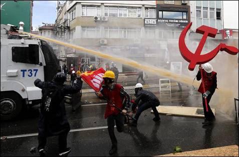 Camión de la policía utilizando el cañón de agua contra los manifestantes