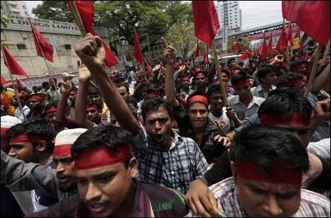 Miles de  activistas y trabajadores se manifestaron por las calles, entre ellos los supervivientes y familiares de las víctimas de los diversos desastres en la industria textil, exigiendo una compensación y mejoras laborales.