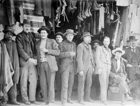 Ciudadanos austro húngaros a la puerta de LAS CULEBRAS, en el centro de la ciudad