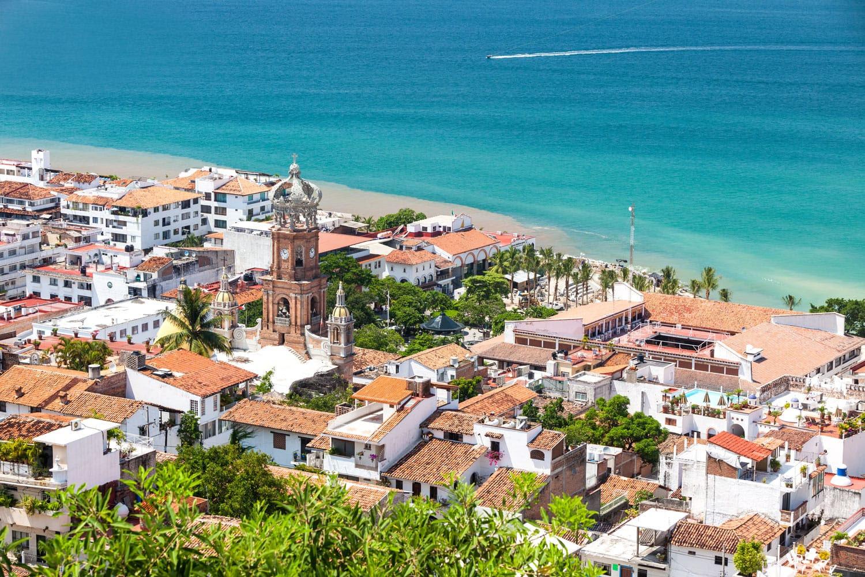 Meksika'da Puerto Vallarta şehir merkezinin panoramik manzarasını