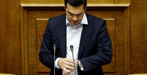 El primer ministro griego, Alexis Tsipras, consulta su reloj. REUTERS