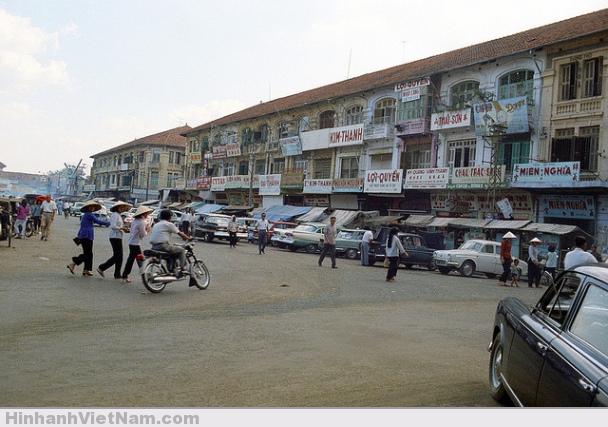 Đường Phan Châu Trinh, phía bên trái chợ Bến Thành