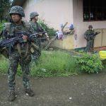 Un militaire philippin se prépare à partir en patrouille dans les faubourgs de la la ville de Marawi.