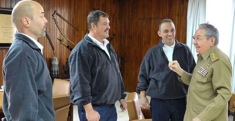 Raúl Castro recibe a los tres agentes cubanos en La Habana. / REUTERS