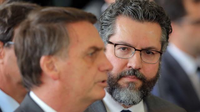 Apesar de sinal verde para vacinas da Índia, Bolsonaro faz cobranças a Ernesto e já avalia saída honrosa