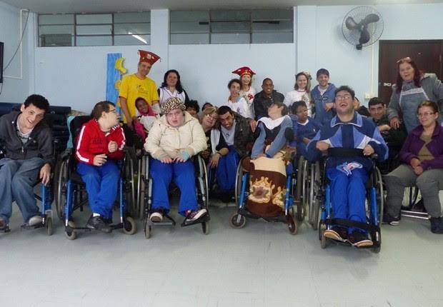 Alunos com paralisia cerebral participam de roda de contação de história a cada 15 dias em Curitiba (Foto: Bibiana Dionísio/ G1)