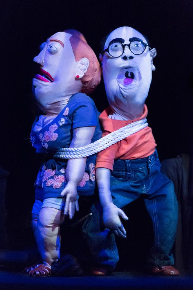戲裡瑪莉(左)與艾迪因為追尋求救信真相,而身陷囹圄。(Heidi Bohnenkamp/攝影)
