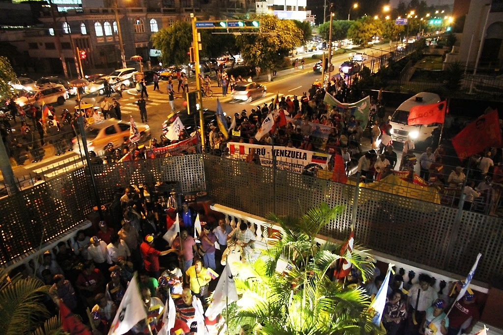 Marcha polpular en solidaridad con la revolución bolivariana llega a la Embajada de Venezuela en Perú