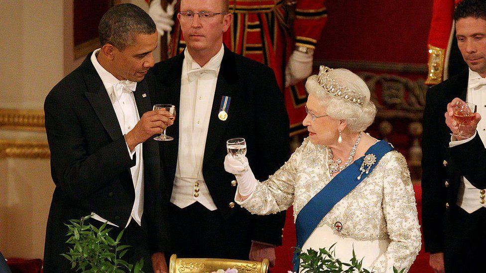 Королева и барак Обама на банкете