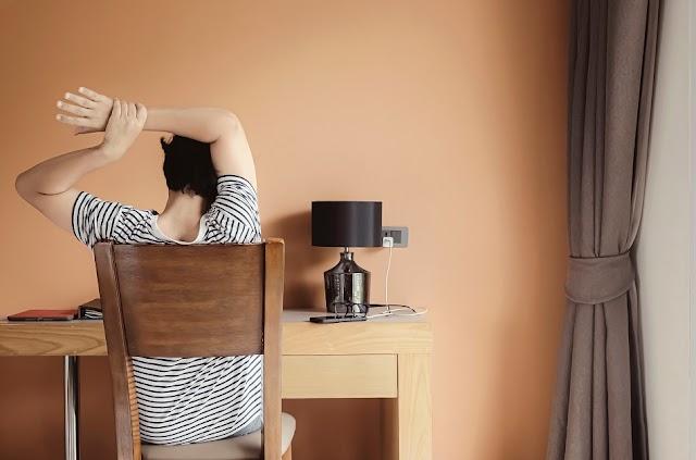 Continuar trabajando desde casa puede afectar tu espalda, aquí te decimos cómo cuidarla