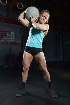 Michelle Kinney đã biểu diễn khả năng nâng một hòn đá atlas nặng 539,77kg