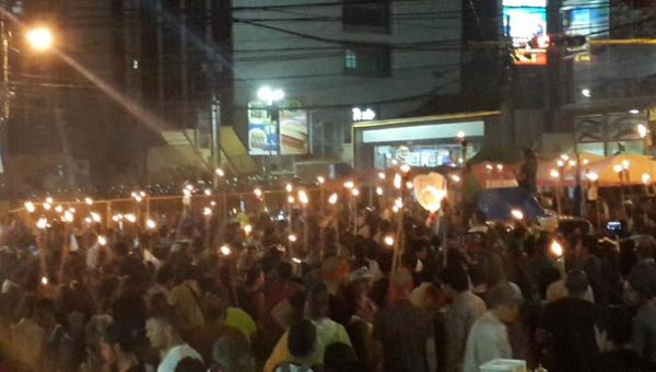 Los hondureños marcharon por las calles de la capital pese a la lluvia que cayó en la noche