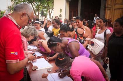 ¡Viva Venezuela! y ¡Deroguen el decreto! son frases que repiten los firmantes.