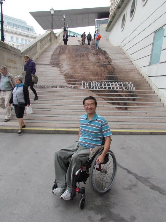 O Dorotheum em Viena na Áustria, apesar de sua enorme escada para a entrada principal, possui um acesso através de elevadores.
