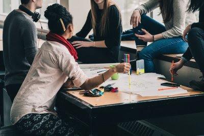 La gente joven quiere conectarse a pesar de la distancia social impuesta. Foto Pixabay